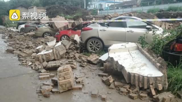 暴雨致小区围墙垮塌砸8辆车,物业:业主违停,物业无责