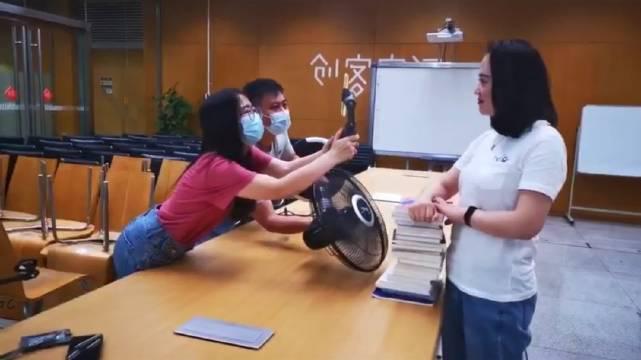 服了你们仨!原来你们是这样的图书馆员!(视频制作:火龙果果)