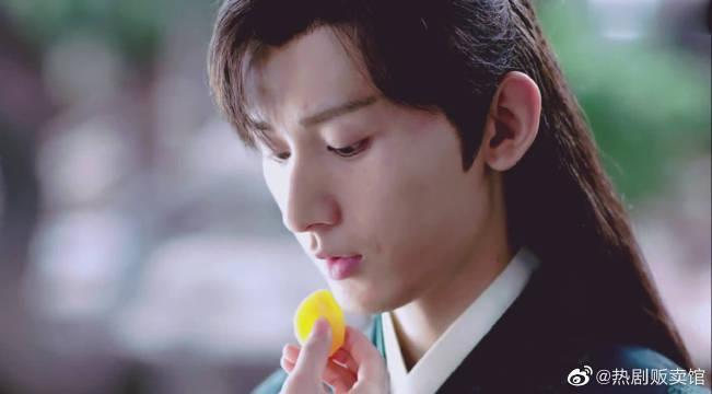 司凤被罚跪,璇玑喂他吃果干:吃了甜果干,就不会疼了!