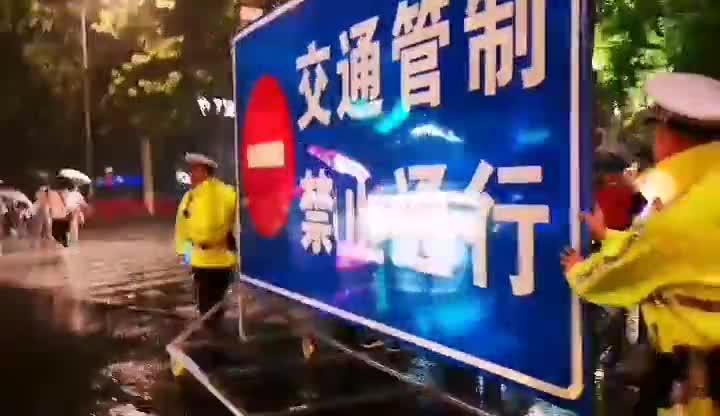 果然视频 7日晚7点半,济南市青龙桥东侧的泉城路口封闭