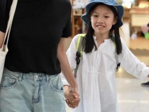 袁泉带闺女走机场,穿黑T恤配牛仔裤真简约,女儿气质完美继承妈