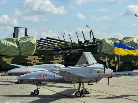 空中坦克杀手!乌克兰要生产土耳其武装无人机,俄装甲大军要小心