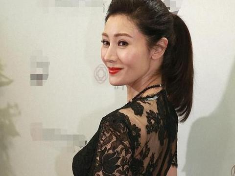 50岁李嘉欣美人依旧,穿黑色蕾丝裙配红色高跟鞋,不俗反而很高级