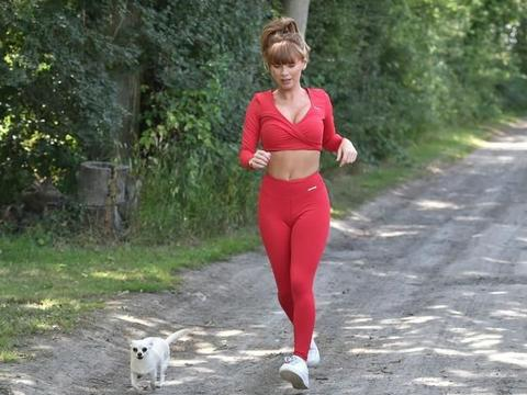 萨摩·富勒姆穿红色运动装郊外跑步,笑容甜美活力感满满