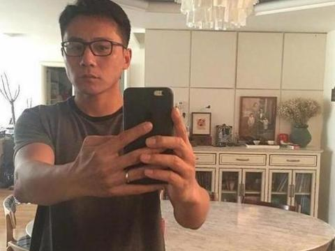 带大家看看刘烨在国外的豪宅,装修没有西式化,家里还贴着春联