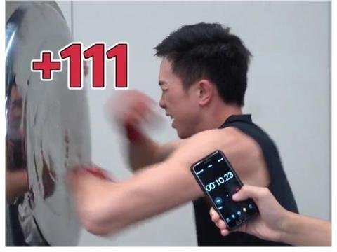 拳王徐灿发起挑战,10秒狂轰一百多拳!拳迷:这小伙比李小龙还牛