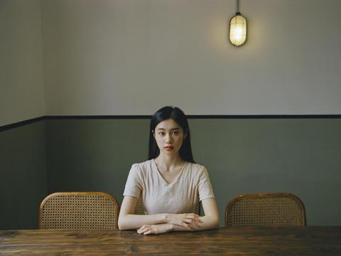 演员倪珂欣曝光悬疑风写真 米色长裙彰显优雅气质