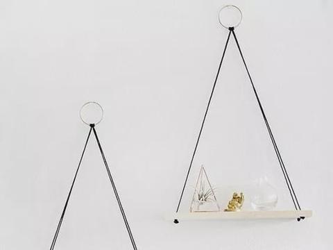 墙面做上置物架,既是装饰品又能收纳,太适合小户型了