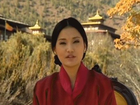 不丹佩玛王后电视上演讲落落大方,而大太后也不逊色,气质颇佳