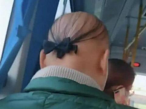 精致男子凭一照片蹿火, 看见秃顶上蝴蝶结后, 网友戏称最后的倔强