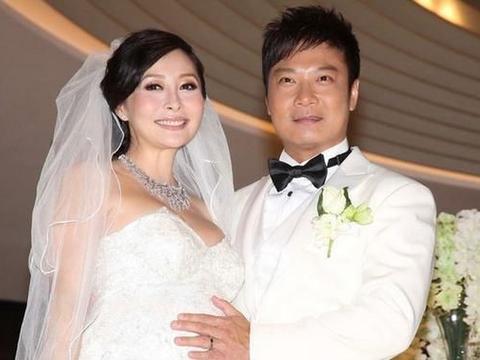 """曾是敦厚""""杨戬"""",生日宴却被奖杯抢戏,看到他老婆:原来是她!"""