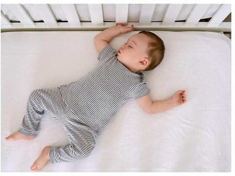 孩子跟父母同睡,若这些现象出现,暗示着分房睡不能再拖了