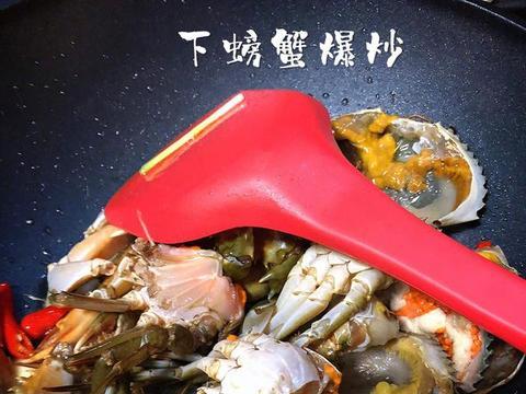 吮指姜葱炒螃蟹,浓浓的酱香味配合青蟹的鲜甜味,汤汁可以拌饭