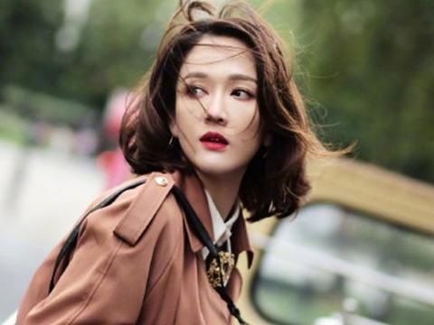 陈乔恩白T恤配黑长直,伪素颜妆容太高级,怪不得被称为偶像女王