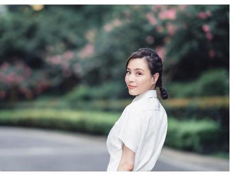 美腻!中国跳水女神新照曝光,白衬衫百褶裙搭配,尽显青春靓丽