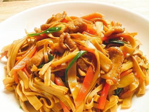 美食推荐:洋葱青椒炒蛋、千张小炒肉、酸菜麻辣鱼片、韩式豆腐锅