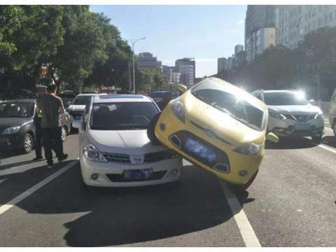 前车强行加塞,后车故意撞上去谁的责任?听听交警怎么说