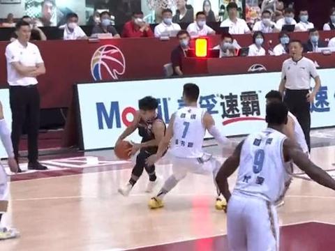 北京赢球,林书豪上腿却遭热议!徐杰因躲避书豪差点摔倒
