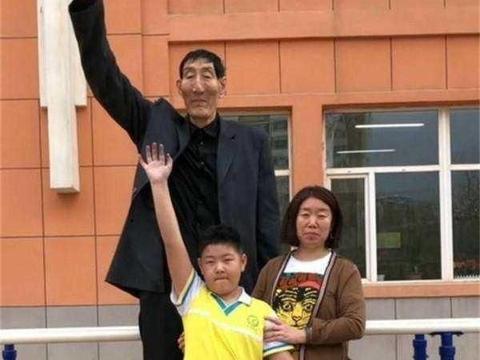 """""""中国第一巨人""""鲍喜顺56岁结婚,不听劝阻生孩子的现状如何?"""