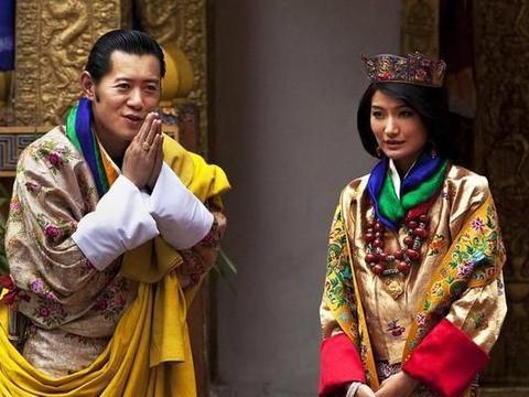 不丹王后表情管理真强,在车里摆着黑脸不理国王,人前一下变笑脸