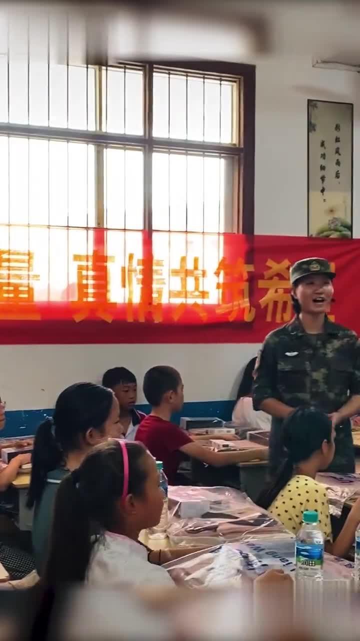 火箭军官兵为130名留守儿童送来新书包(程鹏宇、李翔、孙天硕、陈丽芳)