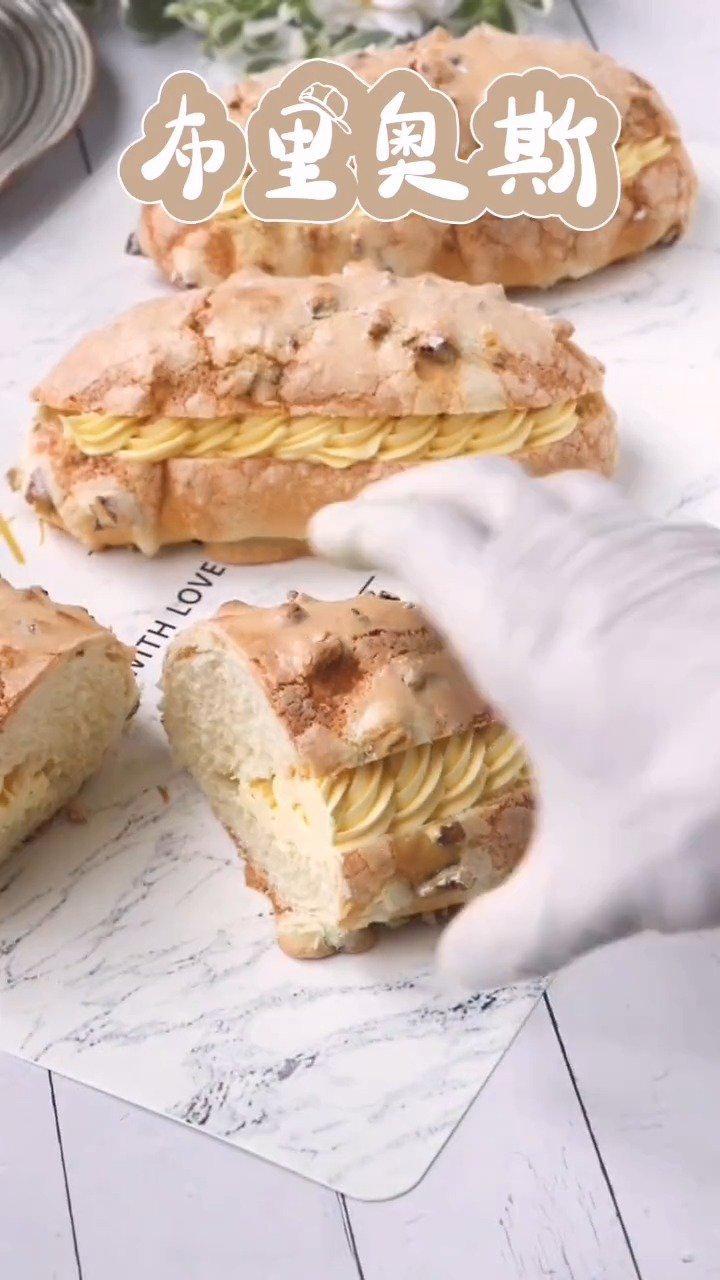 外表金黄酥脆的布里奥斯 松软的面包体搭配上奶油,核桃的香味……