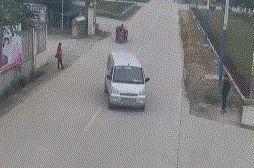 广西柳州一男子骑电动车被撞身亡!交警:他无证、超速还闯红灯!