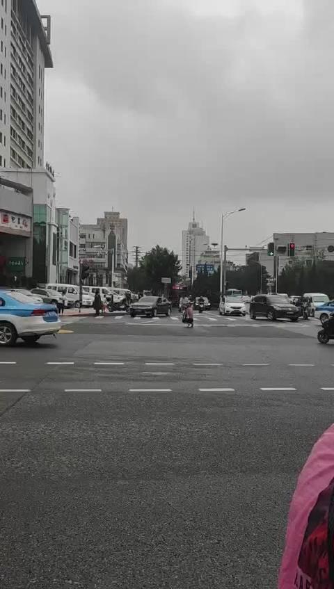 网友投稿:文昌西街这边有个大爷一直在马路上下跪……