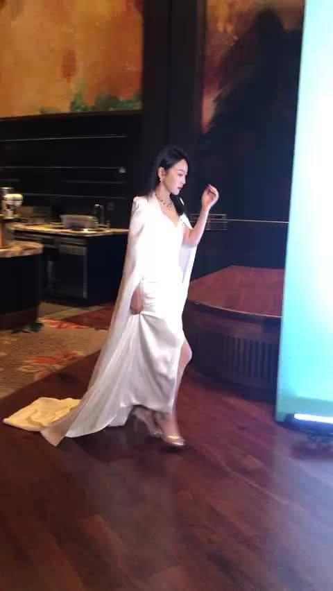 闫妮今晚的白玉兰红毯造型我好爱!纯白披肩➕高开衩长裙……
