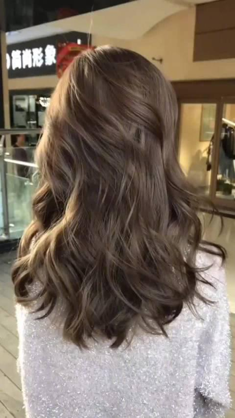 ✔️冷棕亚麻色属于低明度高饱和度的发色