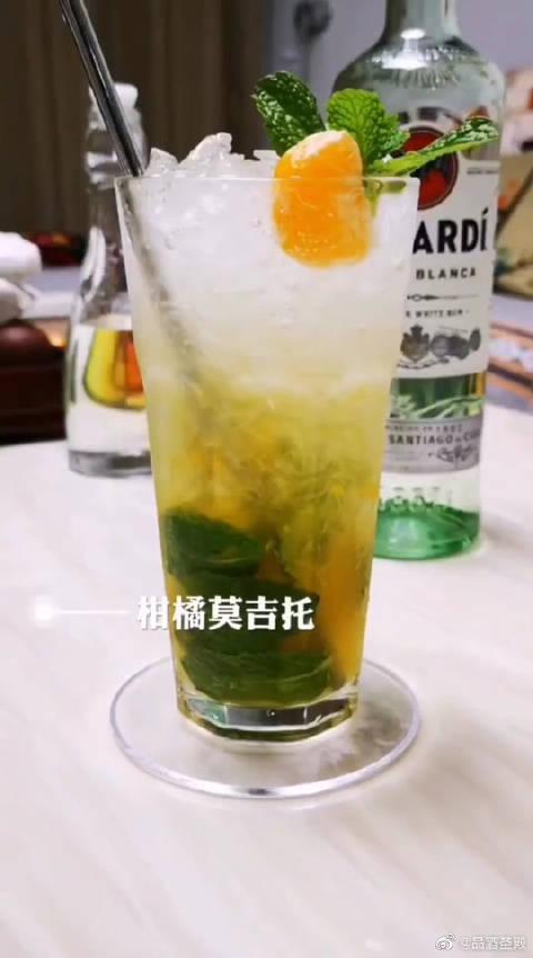 一款基酒加蒸馏水添颗冰块,又或是多种材料混合