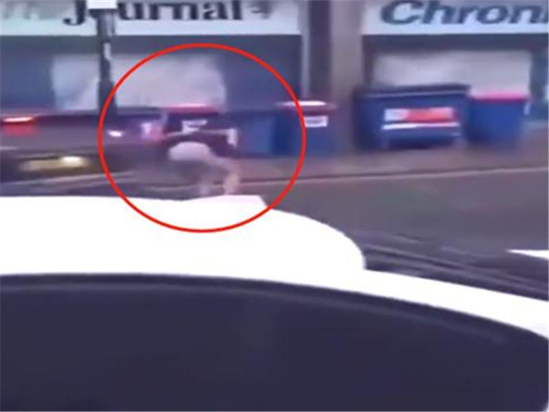 女司机用高跟鞋暴砸前车,车主一脸懵圈:不就是插个队至于吗?
