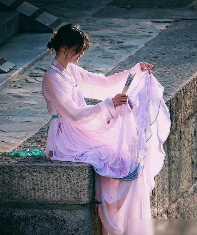 郑爽穿汉服被夸成仙女,生图流出却发生反转,路人镜头是照妖镜?