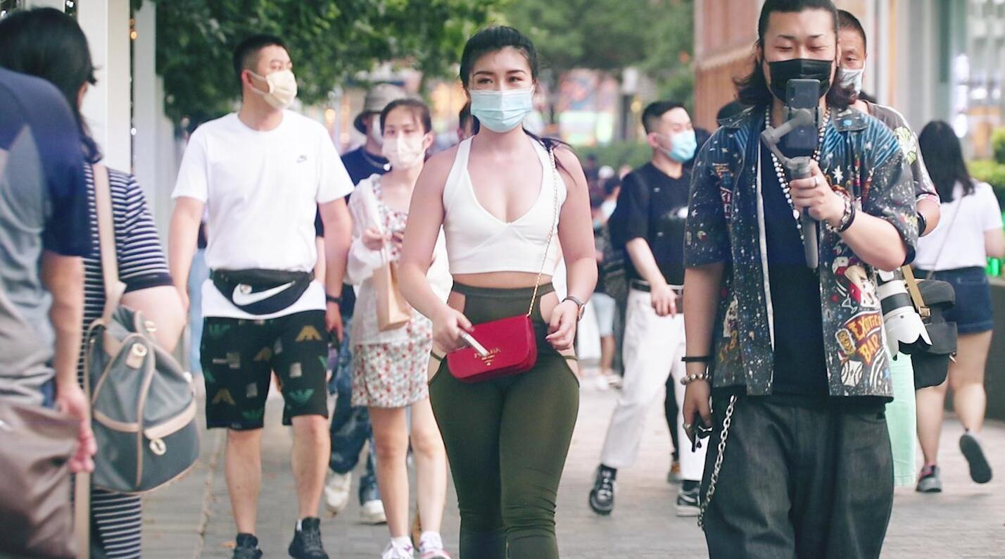 三里屯街拍:健身达人内衣外穿混搭个性瑜伽裤……