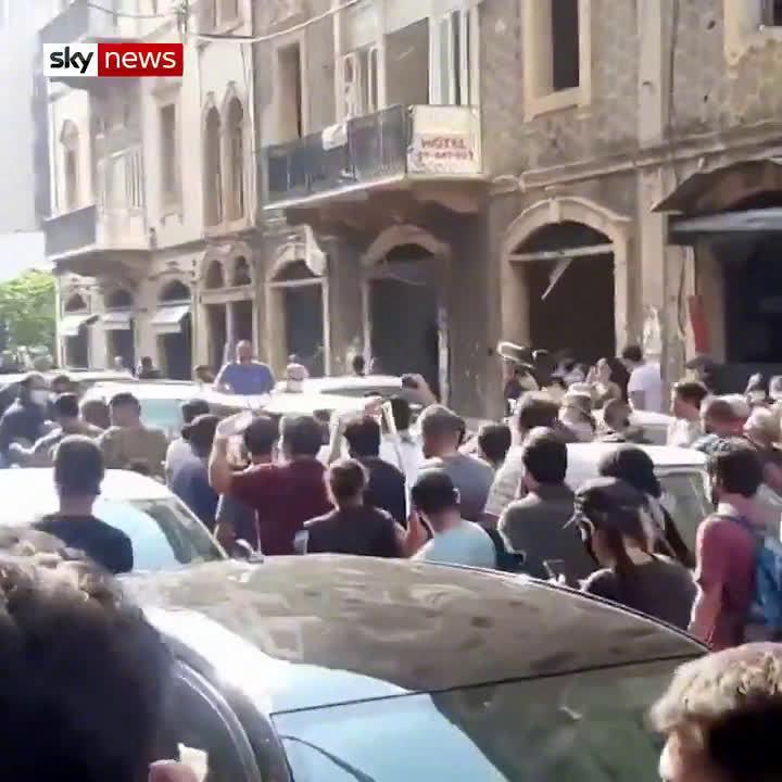 不满政府不作为 黎巴嫩民众朝司法部长扔水瓶