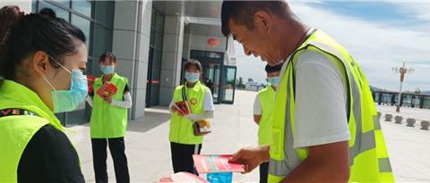 河北张家口慈善义工联合会开展创建文明城志愿服务进车站宣传活动