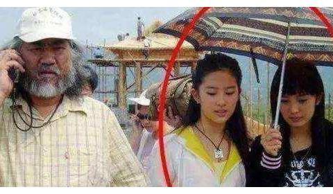 多年前给刘亦菲撑伞的小丫头,如今成一线明星,比刘亦菲名气还红