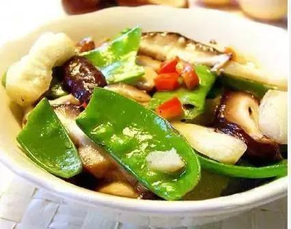 香菇荷兰豆炒马蹄,参须红枣炖鲈鱼,猪血炖豆腐的做法