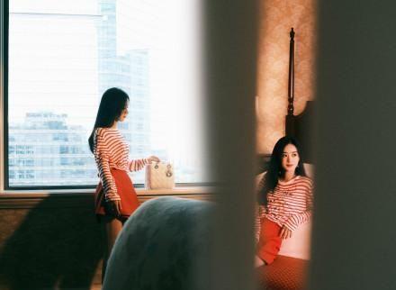 今日份新鲜的赵丽颖,黑长直+条纹长衫+红裙,知性优雅美丽大方