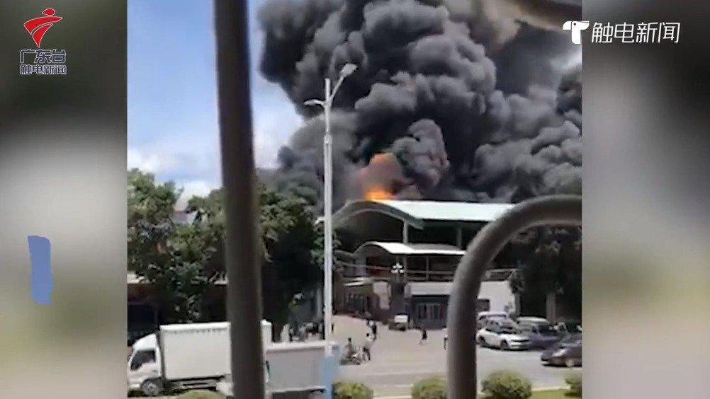 广东汕头一废车回收公司起火 两辆渣土车剧烈燃烧
