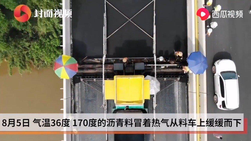 """36℃+170℃ 带你亲临成资渝高速油面铺设现场的""""热火朝天"""""""