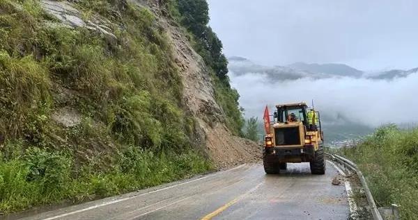 暴雨引发山体滑坡,雅安石棉一碗水路段限时单边通行
