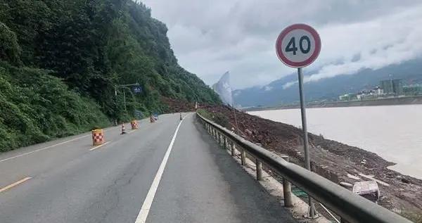 G351线雅安境内一路段山体垮塌,目前交通中断