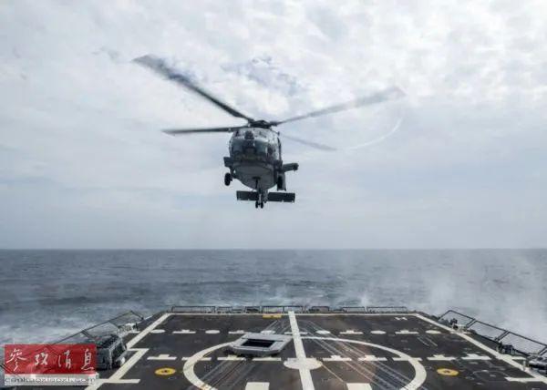"""▲8月2日,参加北极军演的MH-60R直升机,从美海军""""哈德纳""""号驱逐舰上起飞。(美国《星条旗报》网站)"""