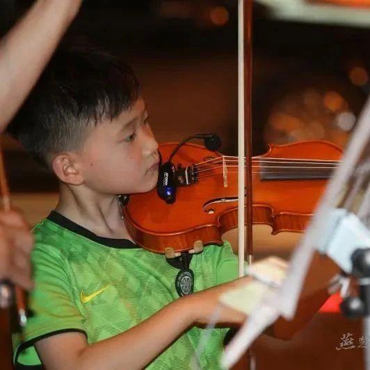 """惊呆了!9岁小乐手夏夜广场""""卖艺""""?他在有过则改自筹琴款呢,这家教学习了!"""