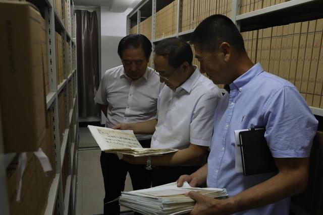 巴彦淖尔市委常委、秘书长海山赴市档案馆调研工作