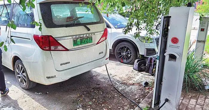 大庆市首台公共区域电动汽车充电桩投用
