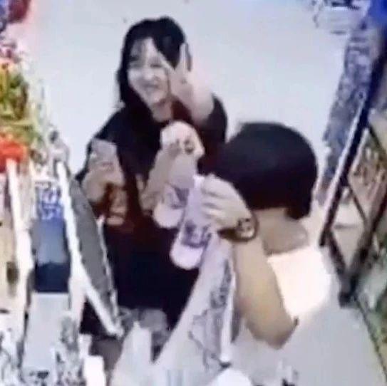 """超市老板不在,顾客对着摄像头比""""耶""""?背后故事有点暖"""