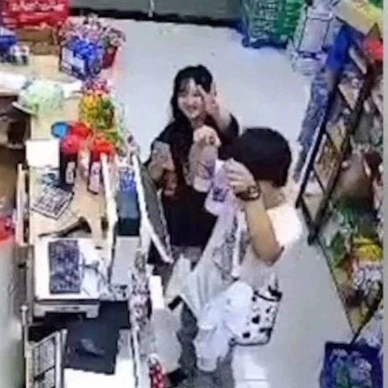 """超市老板不在,顾客对着摄像头比""""耶""""?背后的故事很暖"""