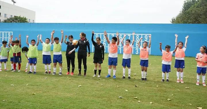 夏令营中勇敢者的足球对抗,首批援鄂抗疫医护人员子女正式结业